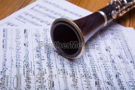 klarinette liegt auf dem notenblatt