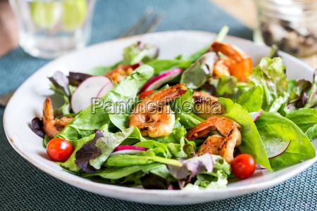 verglaste ingwer garnelen mit frischem salat