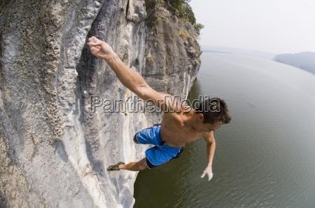 ein mann faellt von einer klippe