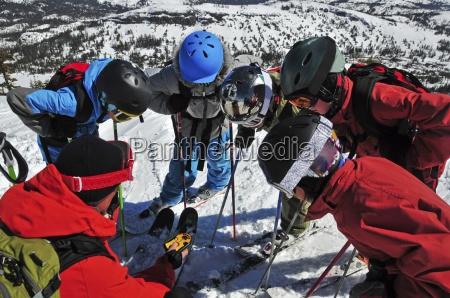 eine gruppe von jungen skifahrer lernen