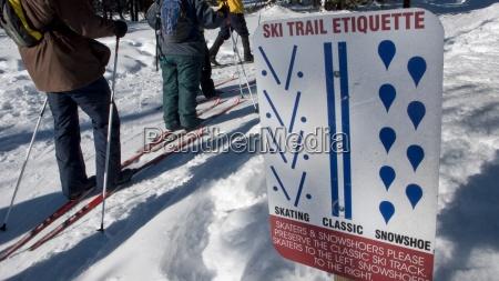 drei erwachsene ski vorbei an einer