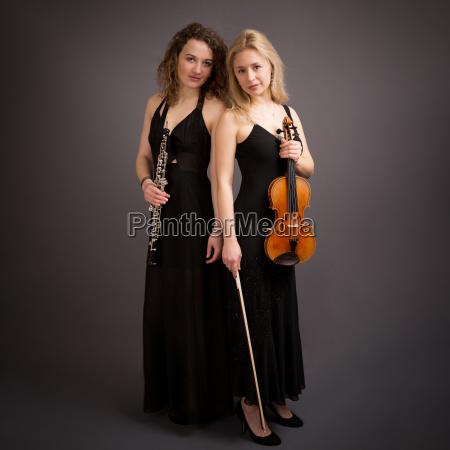 schoene junge frauen klassische musik duo