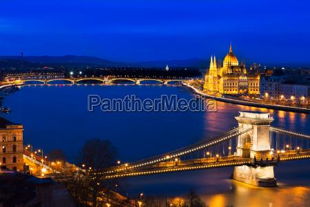 blaue stunde in budapest mit kettenbruecke