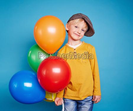 lad mit luftballons