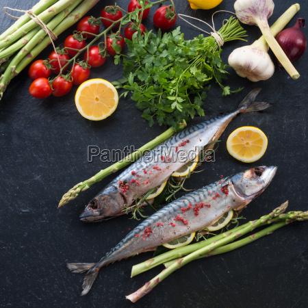 makrele with green asparagus