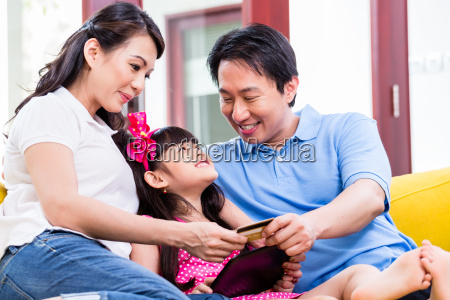 chinesische familie online shopping mit tablet