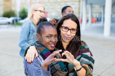 multiracial venner i byen