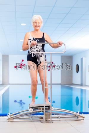 senior in unterwassergymnastik therapie