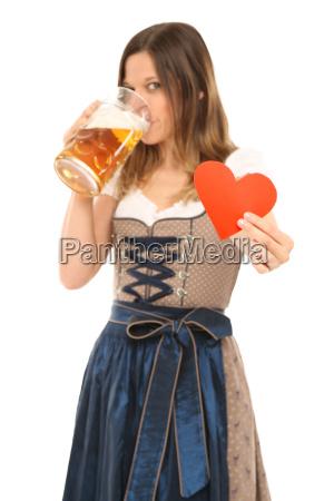 frau im dirndl liebt bayrisches bier