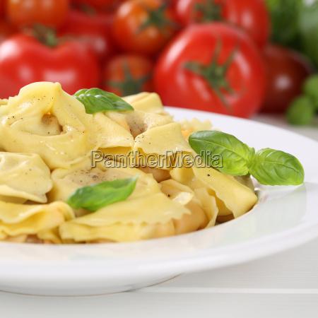 italienisches essen nudeln tortellini mit tomaten