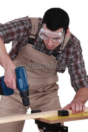 heimwerker der einen schraubenzieher verwendet