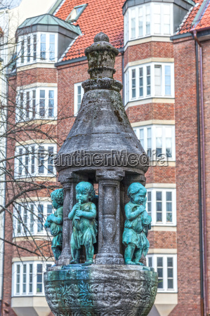 brunnen statue mit kindern in der