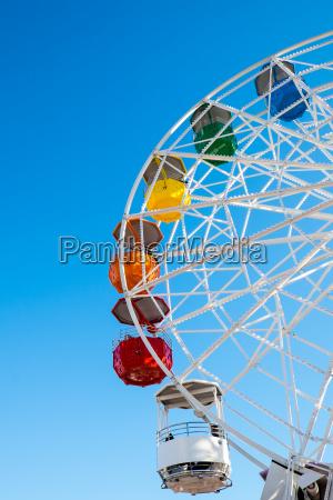 detail eines farbenfrohen riesenrad auf einem