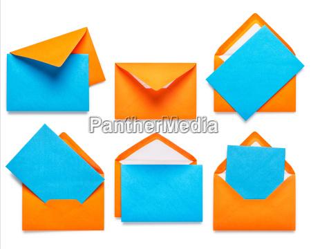 orangefarbene umschlaege mit karte