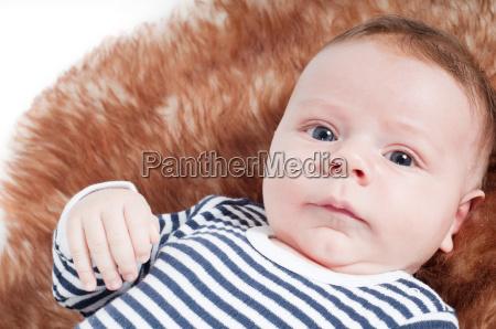 portraet des entzueckenden babys das auf