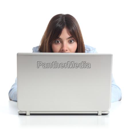 upset frau mit einem laptop zu