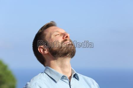 man atmet tief die frische luft