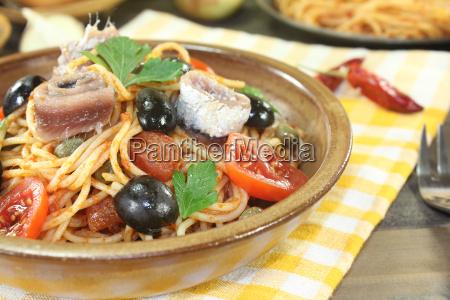 spaghetti alla puttanesca mit oliven und