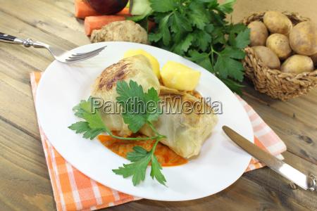 geschmorte kohlroulade mit kartoffeln und sauce