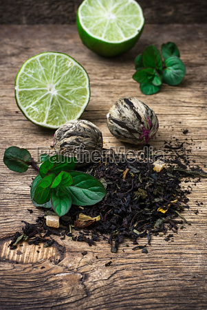 tea brew with lime and mint
