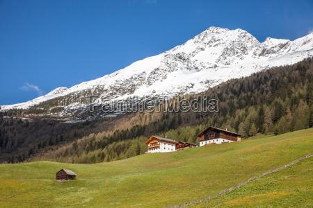 berghuetten und schneebedeckte berge