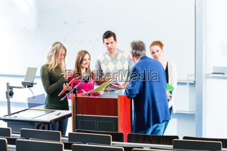 studentenbefragen professor im uni hoersaal