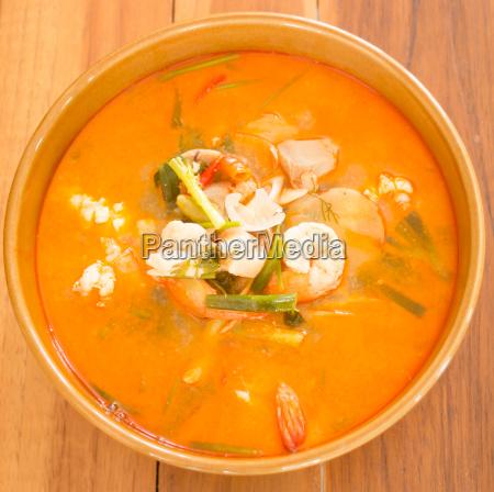 tom yum kung thai wuerzige meeresfruechte