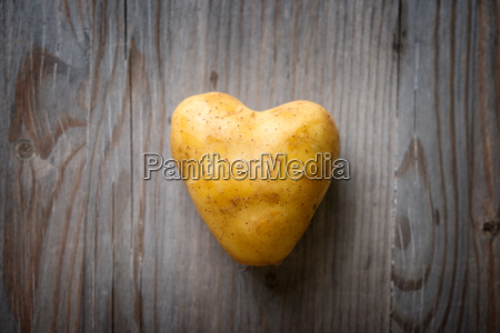 heart shaped goldenen kartoffel