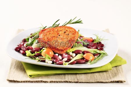 marinierte schweine und rote bohnen salat