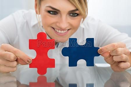 geschaeftsfrau pieces of puzzle