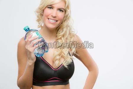 maedchen beim sport mit wasserflasche