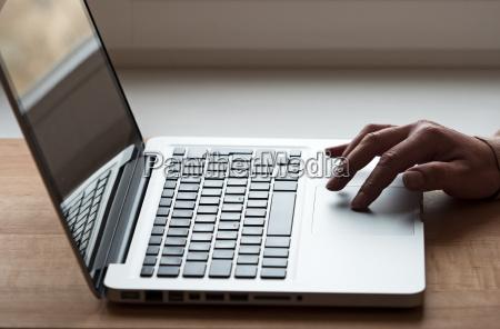 hand mit laptop