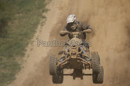 frontansicht des quad racer springen