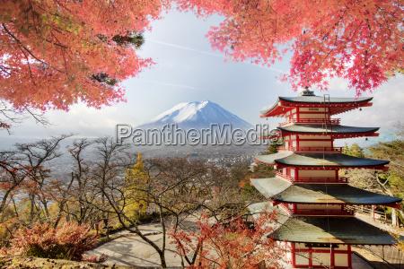mt fuji mit herbstfarben in japan