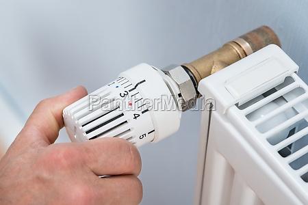 person anpassen temperatur von heizkoerperthermostat