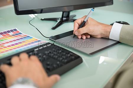 geschaeftsmann unter verwendung graphic tablet
