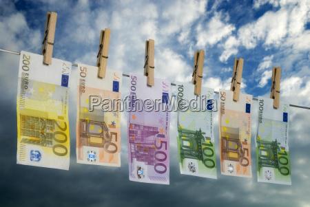 euro scheine auf der waescheleine