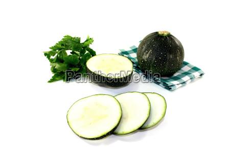 runde rohe zucchini auf einer serviette