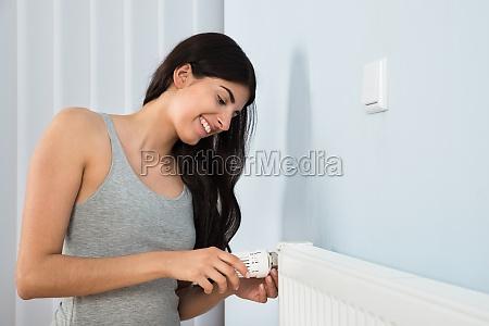 frau einstellen thermostat auf kuehler