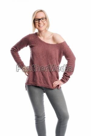 junge frau in jeans traegt eine