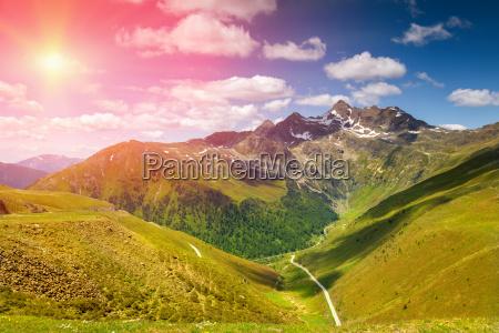 bunte alpenlandschaft mit sonnen absetzen