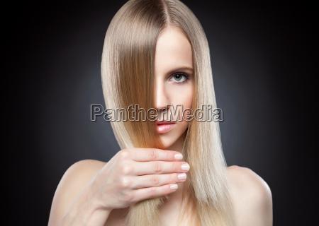 profil einer schoenheit mit langen glatten