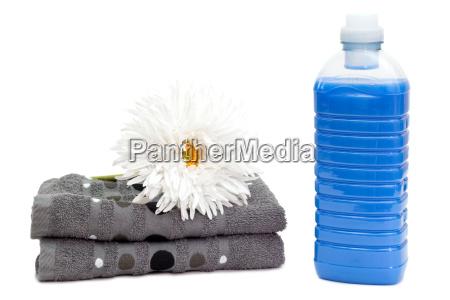 waschmittel mit handtuechern und blume