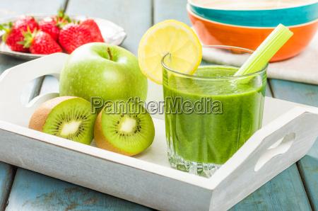 gruener smoothie mit frischem obst