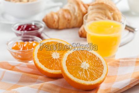 fruehstueck mit frischem orangensaft
