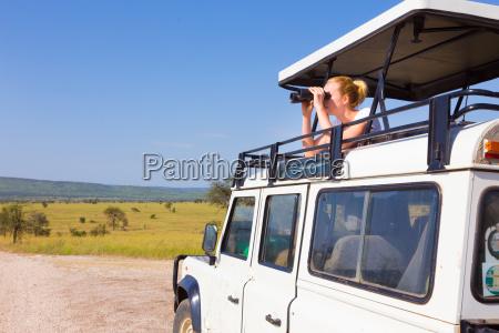 frau auf einer safari auf der