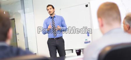 business praesentation auf geschaeftstreffen