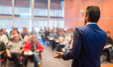 referent bei business conference und praesentation