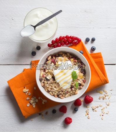 muesli mit joghurt und fruechten auf