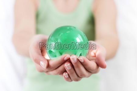 green earth globe in menschliche haende